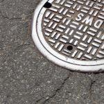 Pokrywa wypadła ze studzienki kanalizacyjnej na alei Prymasa Tysiąclecia w Warszawie