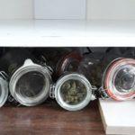200 porcji narkotyków schowane w słoikach